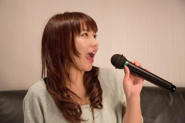 NKJ52_karaokeutauonnanoko_TP_V.jpg